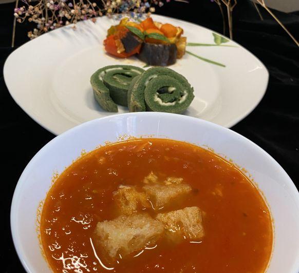 Sopa de Pan al ajillo y tomate. Tortilla de espinacas y Ratatouille al vapor.