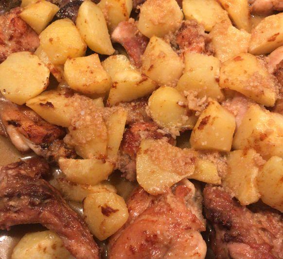 Pollo y conejo con salsa de ajillo y patatas