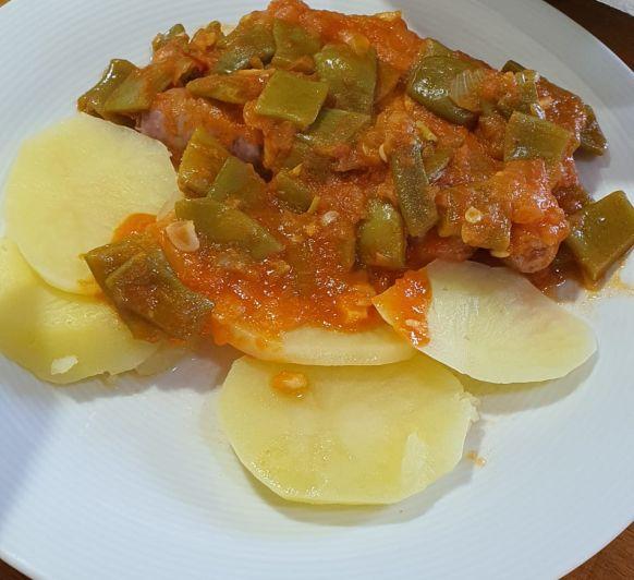Judias verdes con tomate, salchichas y patata con Thermomix®