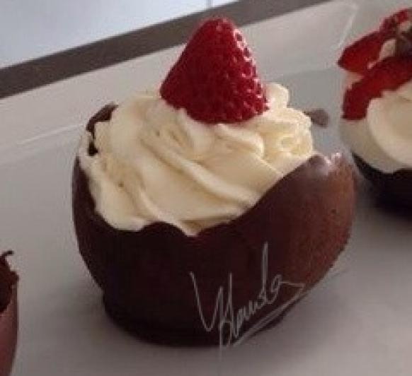 Cuencos de chocolate con nata y fresa con Thermomix®